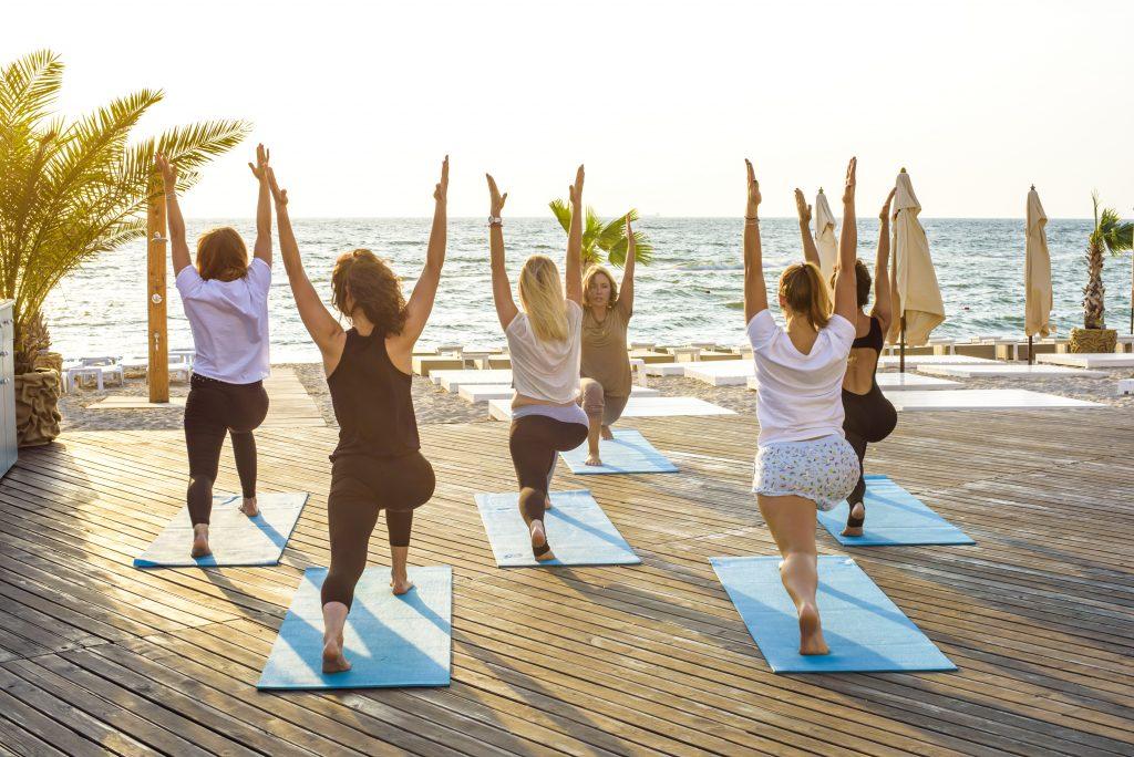 йога на берегу моря фото